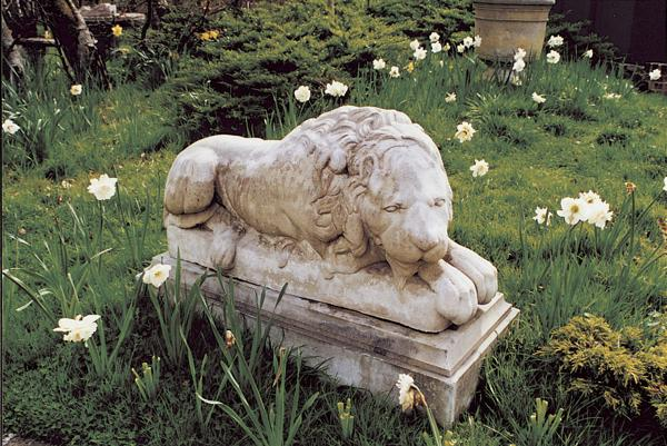Lion Facing Right Stone Statue