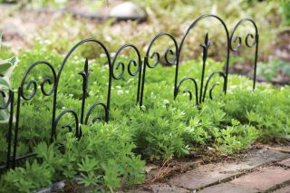 H40cm x W45cm Metal Garden Edge with Finial in Black
